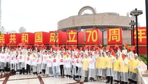 凝心聚力实现中国梦:上海干部群众聆听习近平总书记的重要讲话并收看国庆阅兵式
