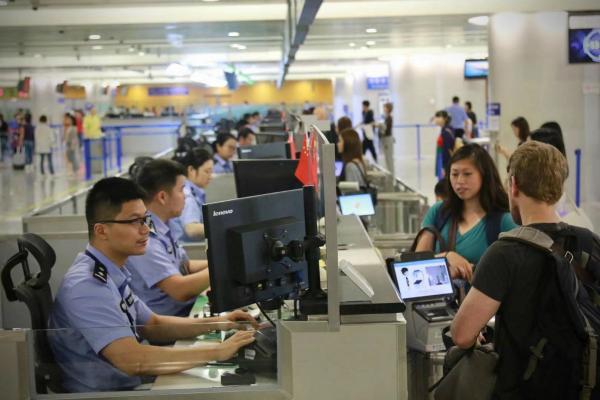 一名外籍男子转机丢失护照 警察和保洁阿姨联手施援帮助找到