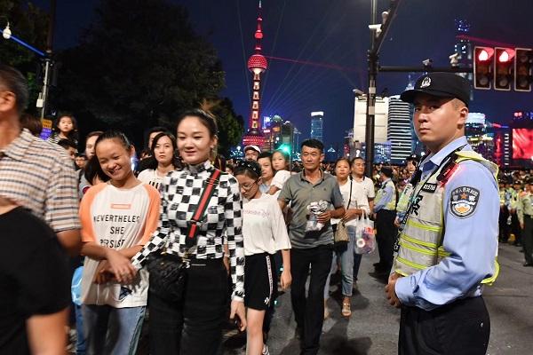 最高瞬时值6万余人!上海警方昨晚在外滩滨水区实施动态导流