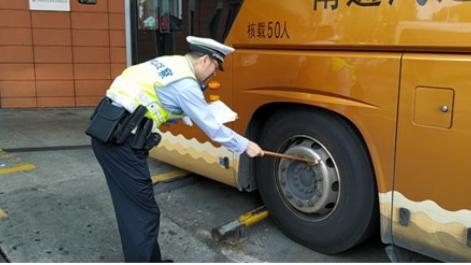 徐汇交警查获一辆长途客运车辆轮胎严重受损