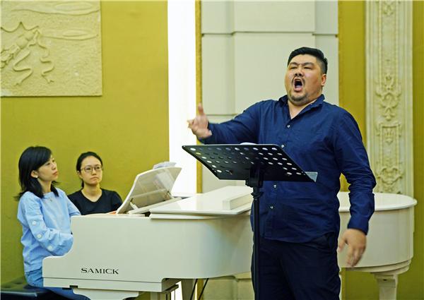 田汉扮演者于浩磊在演唱剧中的咏叹调《中华民族万岁》-郭新洋.jpg