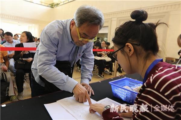 第一位排队的市民王福庆在选购艺术节优惠票-王凯.jpg