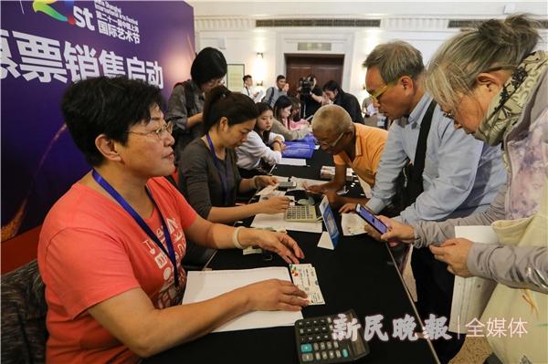 市民们在选购艺术节优惠票-王凯.jpg
