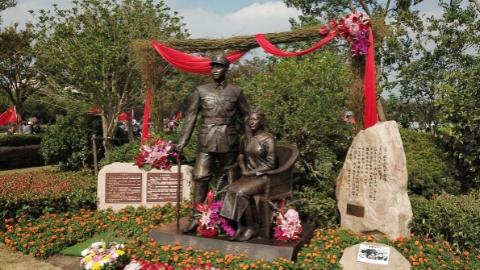 """新四军建军日两任军长""""聚首"""",叶挺将军夫妇纪念像在沪落成"""