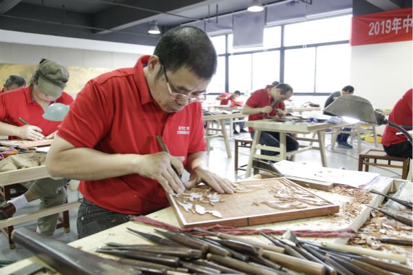 长三角一体化 | 50位木雕好手同台竞技,全国家具雕刻职业技能竞赛上市公司江苏常熟赛区开赛