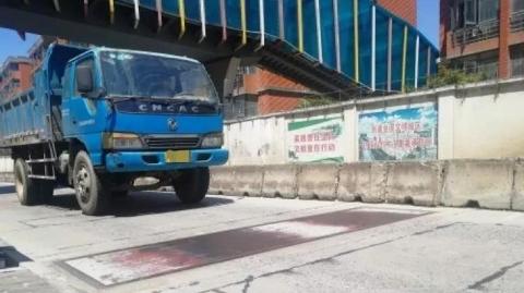 """""""开海安路桥,超载必被查"""" 杨浦交警""""神器""""专治货车超载"""