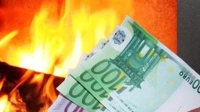 他把54万欧元藏在锅炉里,有一天,他的朋友觉得他冷……