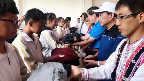 """秋风起时,云南孩子穿上了上海同龄人捐赠的""""爱心校服"""""""