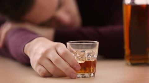 """醉酒市民路遇陌生男子""""搀扶""""后钱包失踪 警方7小时内找到这名""""好心人"""""""