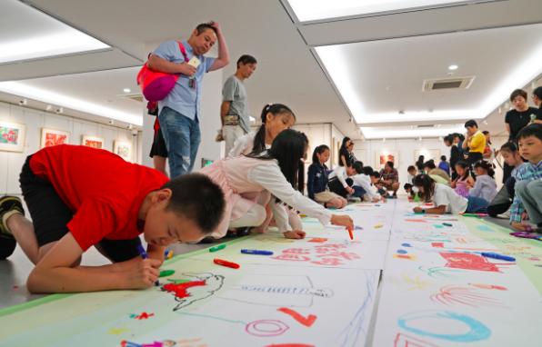 孩子挥毫书写中华品格 上海少儿美术书法大赛书法展开幕
