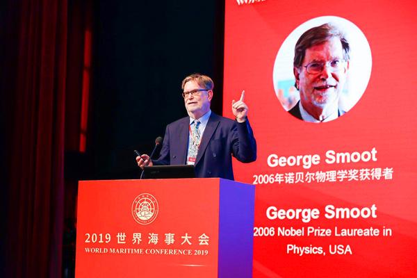 图说:2006年诺贝尔物理学奖得主乔治·斯穆特做主题报告 上海海事大学供图.jpg