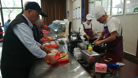一大荤一小荤一素菜加饭和汤,10元!松江佘山这个社区食堂实惠贴心