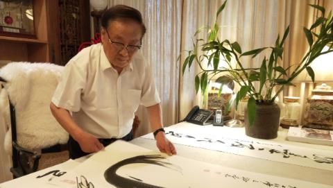 """科教片导演夏振亚再""""跨界"""":雕塑让书法站起来"""