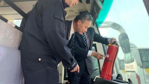 普陀公安交警部门查处2起公交车不规定停靠进站违法行为