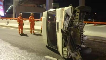 今天凌晨南浦大桥上发生车辆侧翻事故  未造成人员伤亡