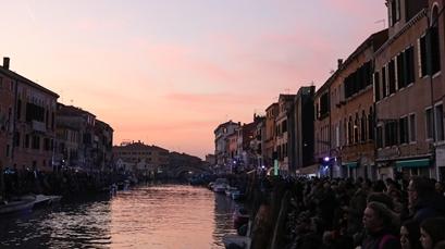 威尼斯大运河清理出的垃圾真是什么都有
