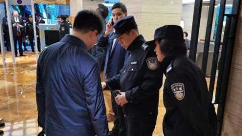 """徐汇警方""""远端安检""""护进博,参会人员在上车点完成安检"""