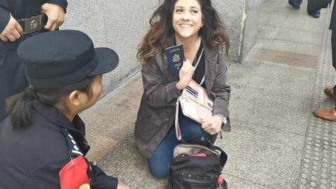 外籍旅客回国前护照遗忘车站安检仪 沪锡两地铁警联手3小时内为旅客找回