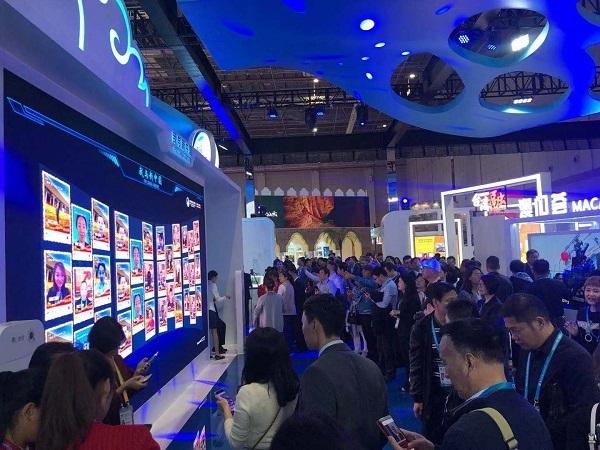 中国馆互动体验新亮点:AI为你设计个性化海报,同框照为新中国点赞