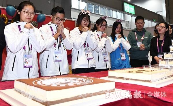 """103人一起吃蛋糕该有多甜蜜!进博会""""小叶子""""今天集体过生日"""