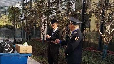 """城管执法队员进""""四叶草""""查垃圾分类 想知道结果如何?"""
