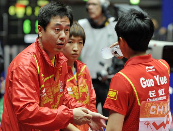 中国女子乒乓球队主教练施之皓(左)在比赛中指导郭跃。_副本.jpg