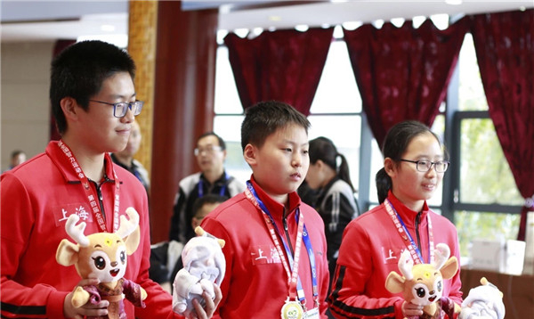 棋下得好书读得好 上海队蝉联五子棋少年混合团体赛冠军