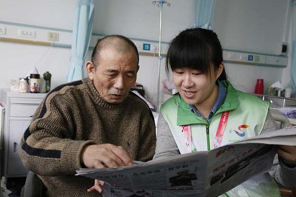 邻距离|最美志愿服务:耐心陪患者聊天做他们的贴心人