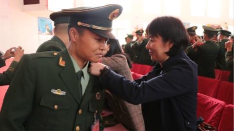 武警上海总队执勤第五支队举行新兵授衔仪式 新兵父母亲手为子女授衔