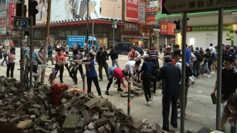 晨曦中,香港市民自发上街清理路障