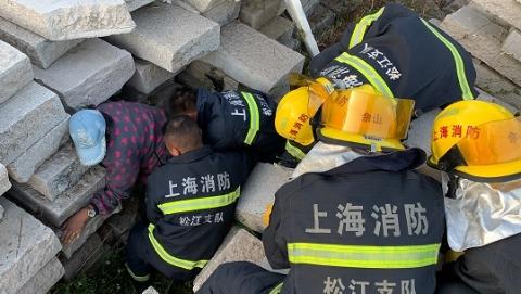 村民抄近路碰落石材被困 消防员10秒钟紧急救出