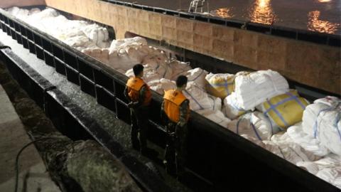 上海海警查获涉嫌走私白糖800余吨 当场抓获涉嫌走私人员33名