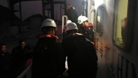 寒潮中客船全线停航 海事巡逻艇迅速转运大洋山岛急症病人