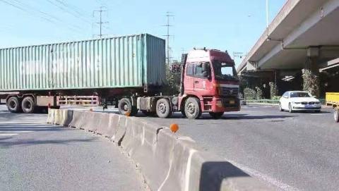 """大卡车路口右转常常""""包饺子"""",浦东交警个性化定制""""安全神器"""""""