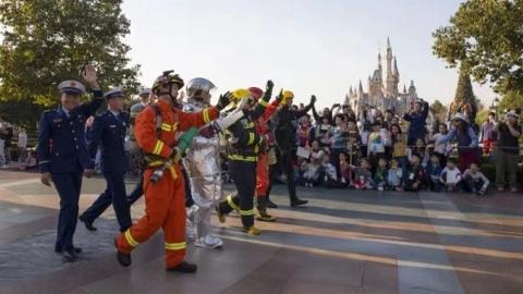 """在迪士尼乐园学怎么用消防水枪 """"消防小达人""""享受奇妙之旅"""