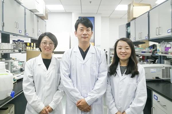 闫致强教授与团队学生 摄影:严昕昊.jpg