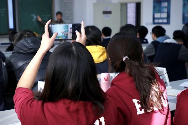 在卢湾高级中学听课(华东师大供图).jpg