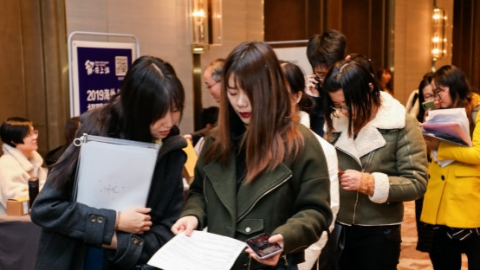 """""""留·在上海""""招聘双选会吸引2000多名海外人才应聘"""