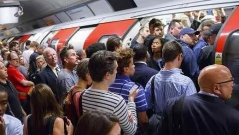 法国地铁都换新车厢啦,英国人你们是怎么在地铁里活下来的?