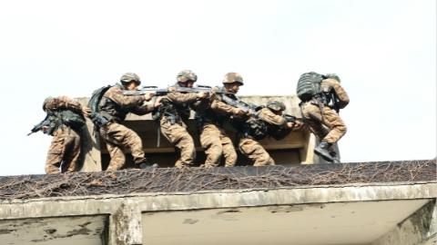 越过千米障碍、反劫持训练…… 武警上海总队开展7天6夜的魔鬼周极限训练