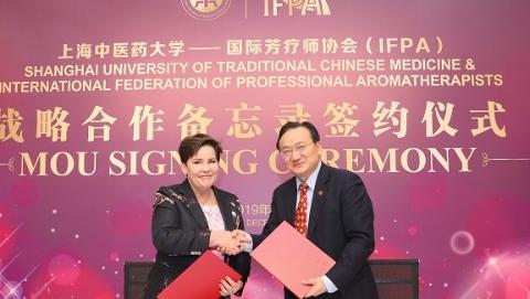 聚焦传统自然疗法 上海中医药大学与国际专业芳疗师协会签署战略合作