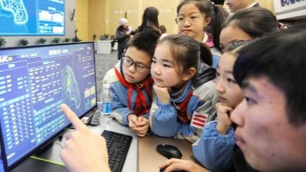 """""""城市大脑""""让人震撼 市民学生走进浦东城运中心探秘"""
