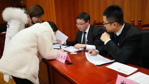 虹口法院向18名劳动者发放欠薪49万余元