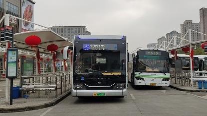 寒风中送上暖心服务 公交站洋溢浓浓年味