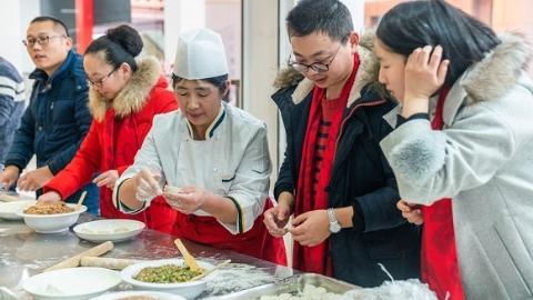 金猪送福,暖意浓浓!上海交大为留校师生过难忘新年