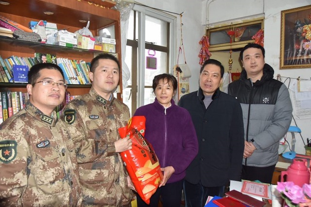 春节在即,本市慰问部分在役特困士兵家庭