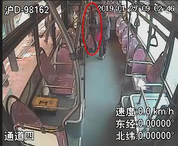 马大哈行李火车票落公交怎么回家?看民警一番寻找...