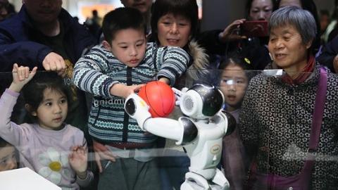 """超能机器人、游戏垃圾包 上海科技馆用""""微更新""""永葆青春"""
