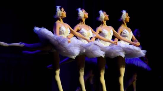 梦幻舞台展现古典之美 莫斯科芭蕾舞团上海大剧院献演《天鹅湖》