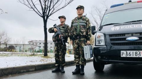 风雪中,武装巡逻武警在你身边保城市安宁